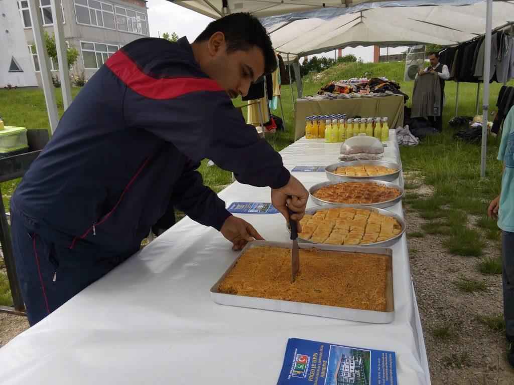 Omer Gunes nam pokazuje kako se siječe tradicionalno napravljen kadaif